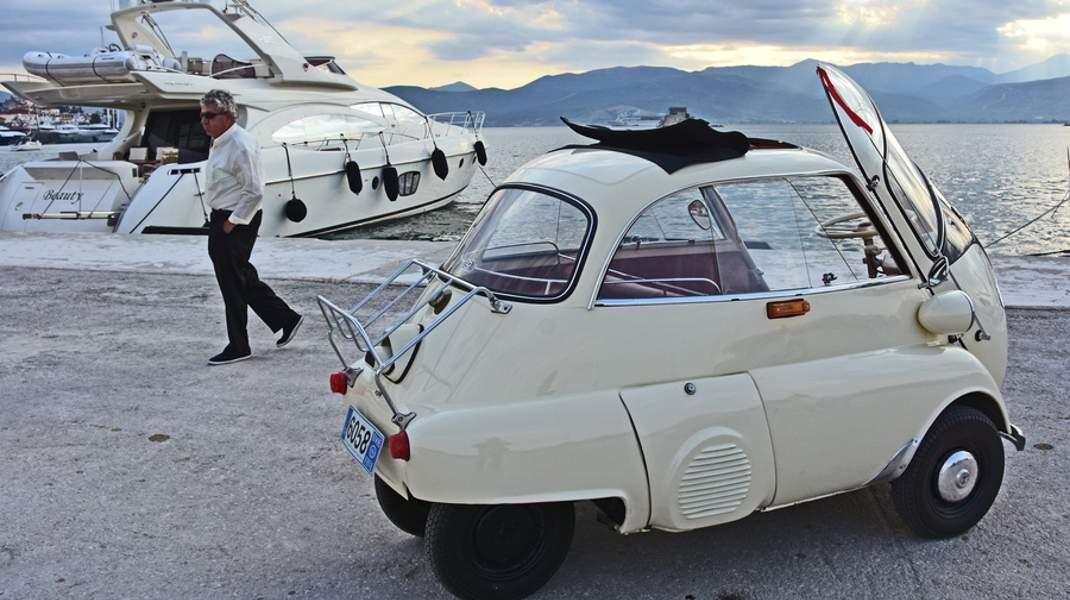 Μία παλιά BMW ISETTA στο Ναύπλιο. Βγαλμένη από το χρονοντούλαπο της αυτοκινητοβιομηχανίας.