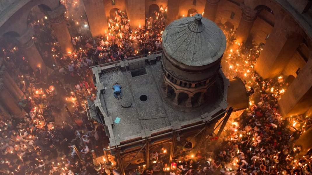 Το Αγιο Φως στην εκκλησία του Πανάγιου Τάφου, στην Ιερουσαλήμ - @EPA/ABIR SULTAN