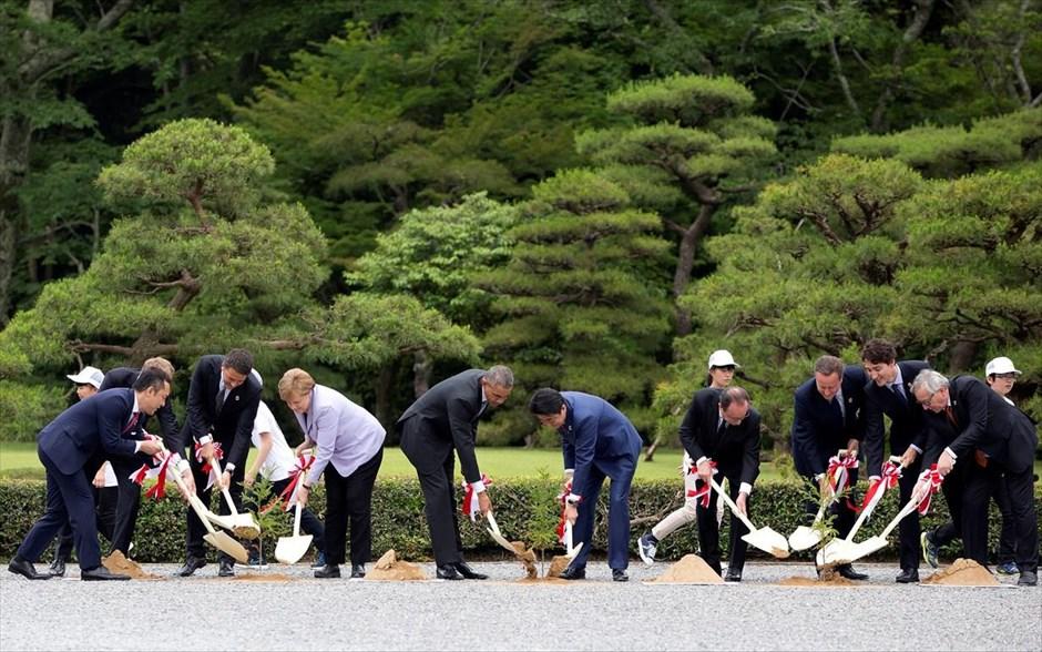 Ιαπωνία: Επίσκεψη των ηγετών της G7 στο μεγάλο ιερό της Ίσε. (Στη φωτογραφία από αριστερά προς δεξιά) Ο κυβερνήτης της περιφέρειας Μίε, Ίκει Σουζούκι, ο πρόεδρος του Ευρωπαϊκού Συμβουλίου Ντόναλντ Τούσκ, ο Ιταλός πρωθυπουργός Ματέο Ρέντσι, η Γερμανίδα καγκελάριος Άγκελα Μέρκελ, ο πρόεδρος των ΗΠΑ Μπαράκ Ομπάμα, ο Ιάπωνας πρωθυπουργός Σίνζο Άμπε, ο Γάλλος πρόεδρος Φρανσουά Ολάντ, ο πρωθυπουργός της Βρετανίας Ντέιβιντ Κάμερον, ο Καναδός πρωθυπουργός Τζάστιν Τριντό και ο πρόεδρος της Κομισιόν Ζαν Κλοντ Γιούνκερ συμμετέχουν στη συμβολική τελετή φύτευσης ενός δέντρου, κατά τη διάρκεια επίσκεψής τους στο ιερό της Ίσε στην κεντρική Ιαπωνία. Οι ηγέτες των χωρών-μελών της G7 επισκέφθηκαν τον ιερό χώρο λατρείας της θεάς του ήλιου Αμεταράσου Ομικάμι, που αποτελεί τη μυθική πρόγονο του Ιάπωνα αυτοκράτορα, στην πόλη Ίσε-Σίμα. @REUTERS