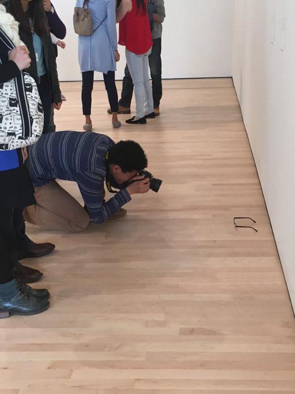 Ένα ζευγάρι γυαλιά ξεχασμένα (;) στο πάτωμα του Μουσείου Σύγχρονης Τέχνης του Σαν Φρανσίσκο προκάλεσαν ταραχή στους επισκέπτες. Αρκετοί πήραν τις κάμερες και άρχισαν να φωτογραφίζουν την μοναδική ιδέα του καλλιτέχνη. Μέχρι που αποκαλύφθηκε ότι ήταν φάρσα. Ή απλά πείραμα. Όπως γράφει ο Independent, το πειραχτήρι της όλης υπόθεσης ήθελε να δει αν ο κόσμος είναι έτοιμος να θαυμάσει και να φωτογραφίσει οτιδήποτε, απλά και μόνο επειδή είναι σε μια γκαλερί ή μουσείο.