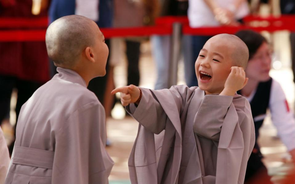 Κοροιδεύοντας ο ένας τον άλλο για τον ίδιο ακριβώς λόγο, την απώλεια των μαλλιών τους, δυο πιτσιρίκια περιμένουν να ξεκινήσουν την μαθητεία τους στον ναό Jogye της Σεούλ. Δέκα παιδιά θα πάρουν μια γεύση της μοναχικής ζωής για δυο εβδομάδες, με αφορμή την επέτειο των 2.560 χρόνων από την γέννηση του Βούδα. @AP Photo/Lee Jin-man