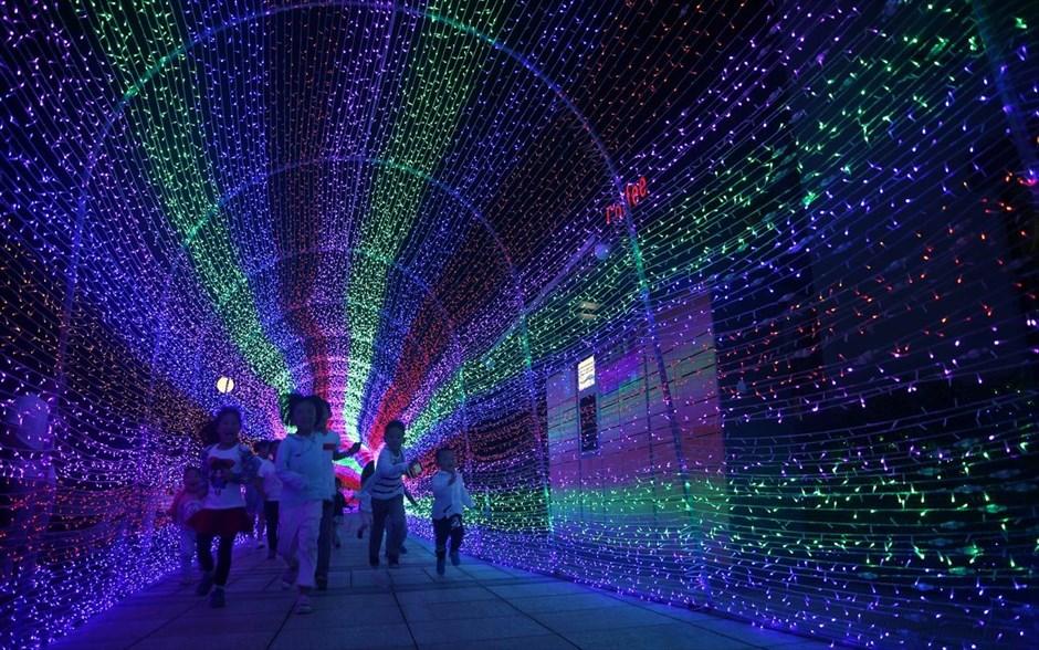 Παιδιά τρέχουν σε μία καλλιτεχνική εγκατάσταση με λαμπτήρες LED, κατά τη διάρκεια σόου φωτισμού στο Quzhou, στην επαρχία Τσετσιάνγκ στην Κίνα. @REUTERS / CHINA STRINGER NETWORK