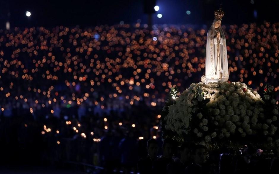 Στιγμιότυπο από αγρυπνία που πραγματοποιείται προς τιμήν της Παναγίας, στη Φάτιμα της Πορτογαλίας. Κάθε χρόνο εκατομμύρια πιστοί συρρέουν στην περιοχή για να προσκυνήσουν στο σημείο όπου, σύμφωνα με την καθολική εκκλησία, εμφανίστηκε η Παναγία στις 13 Μαΐου του 1917 σε τρία βοσκόπουλα, η Λουσία Ντος Σάντος (10 ετών) και τα ξαδέλφια της Φρανσίσκο και Ζασίντα Μάρτο, 9 και 7 ετών αντίστοιχα. @REUTERS / RAFAEL MARCHANTE