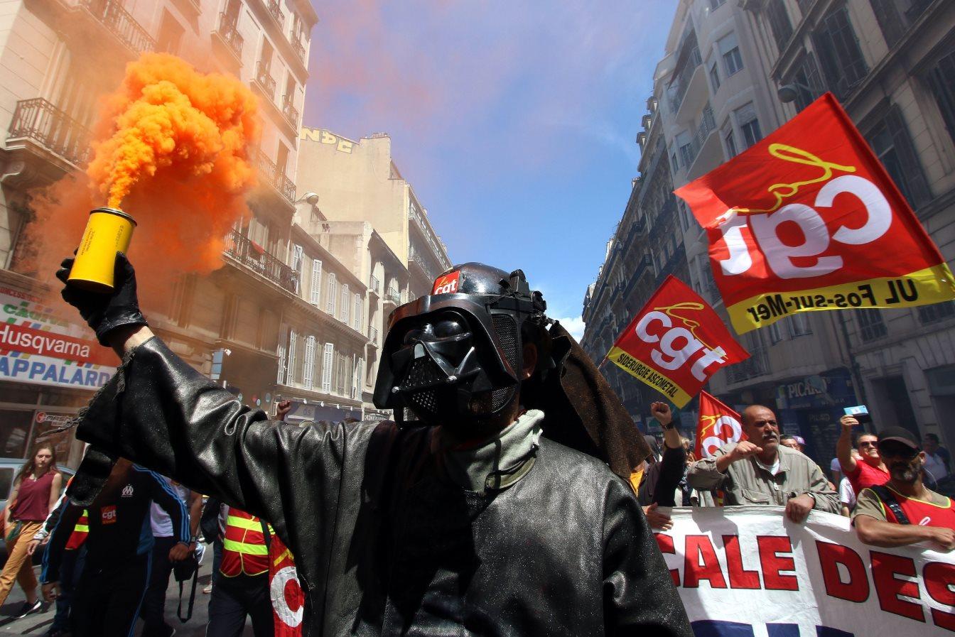 Στιγμιότυπο από τις διαδηλώσεις διαμαρτυρίας κατά της εργατικής μεταρρύθμισης, στη Μασσαλία. @AP Photo/Claude Paris