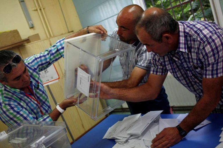 Η ώρα της… κάλπης: στιγμιότυπο από τις πρόσφατες εκλογές στην Ισπανία (Reuters)