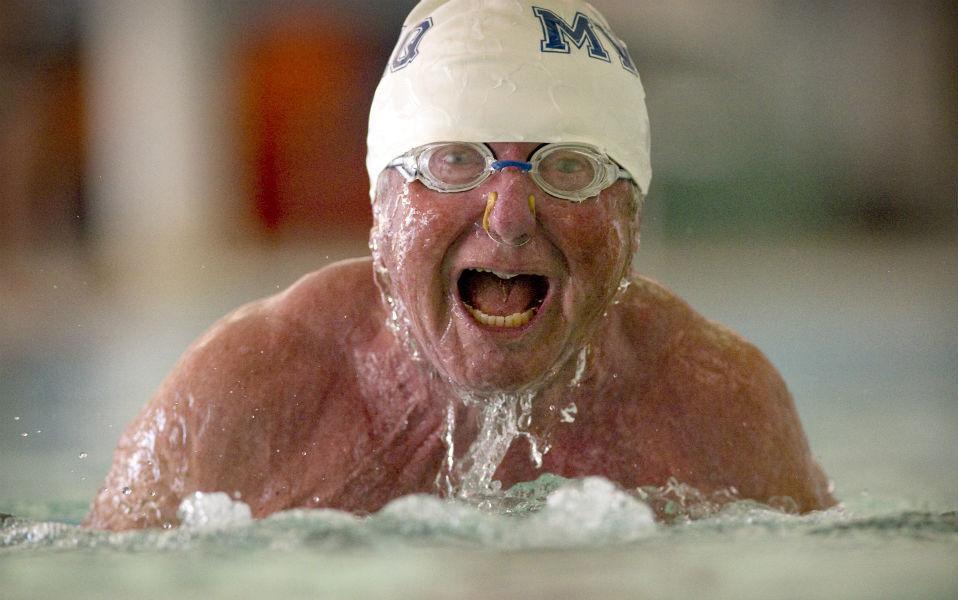 Βρίσκοντας στόχους. Ο εικονιζόμενος Graig Walker ξεκίνησε το κολύμπι στα 70 του χρόνια συμμετέχοντας σε αγώνες για ανθρώπους της ηλικίας του. Έβαλε όμως και ένα στόχο παραπάνω, να κολυμπήσει σε όλες τις πολιτείες των ΗΠΑ. Έτσι, με την συμμετοχή του στους αγώνες της Indiana State Games συμπλήρωσε στο καρνέ του 30 πολιτείες. Και εις ανώτερα! @Denny Simmons/Courier & Press via AP
