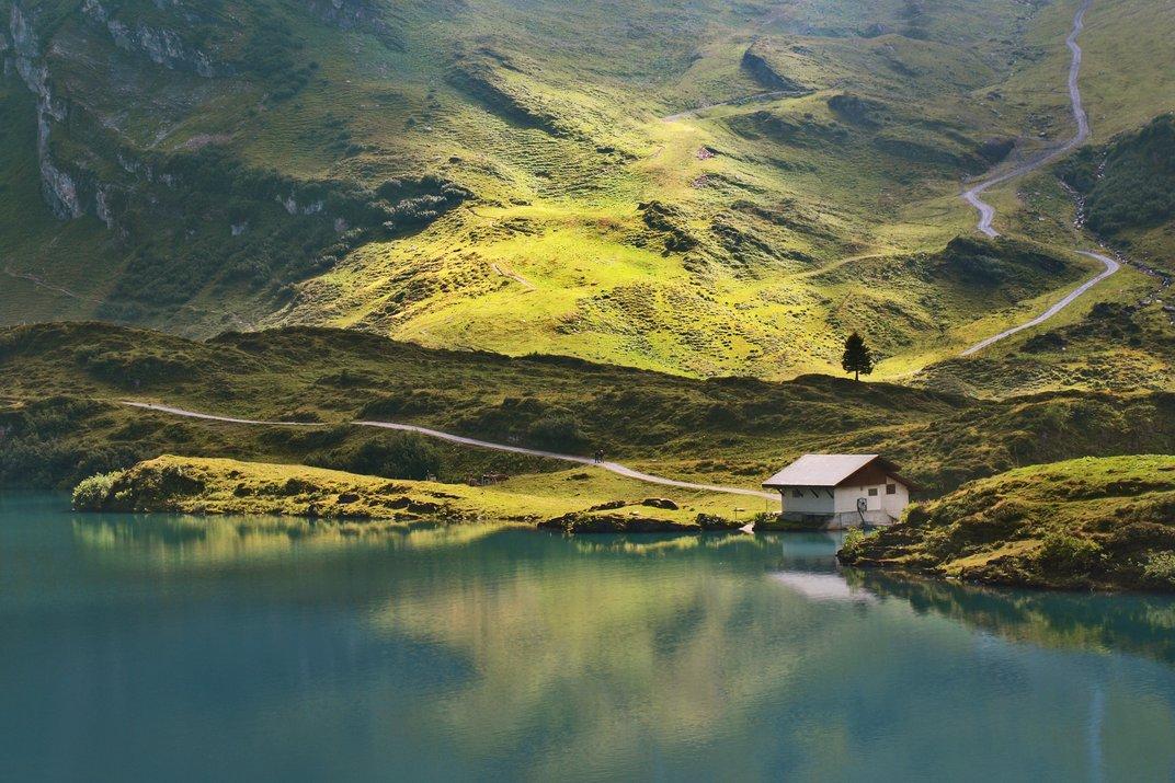 Σπίτι στις όχθες της λίμνης Τρούμπσι (Trübsee) στην Ελβετία. © Nataliya Andrianova