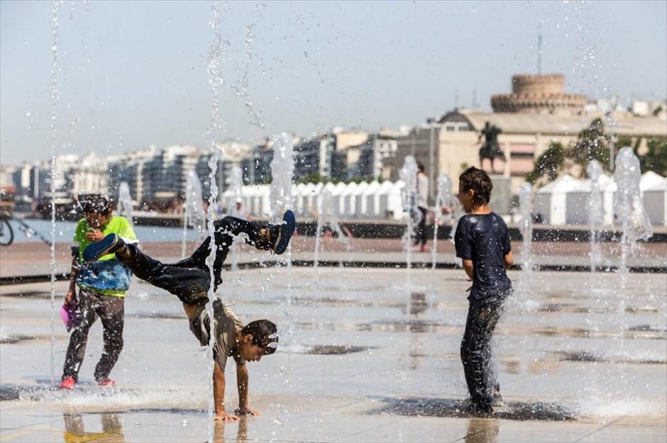 Παιχνίδια μικρών και μεγάλων στο συντριβάνι της νέας παραλίας, στην Θεσσαλονίκη. @MotionTeam / ΒΕΡΒΕΡΙΔΗΣ ΒΑΣΙΛΗΣ