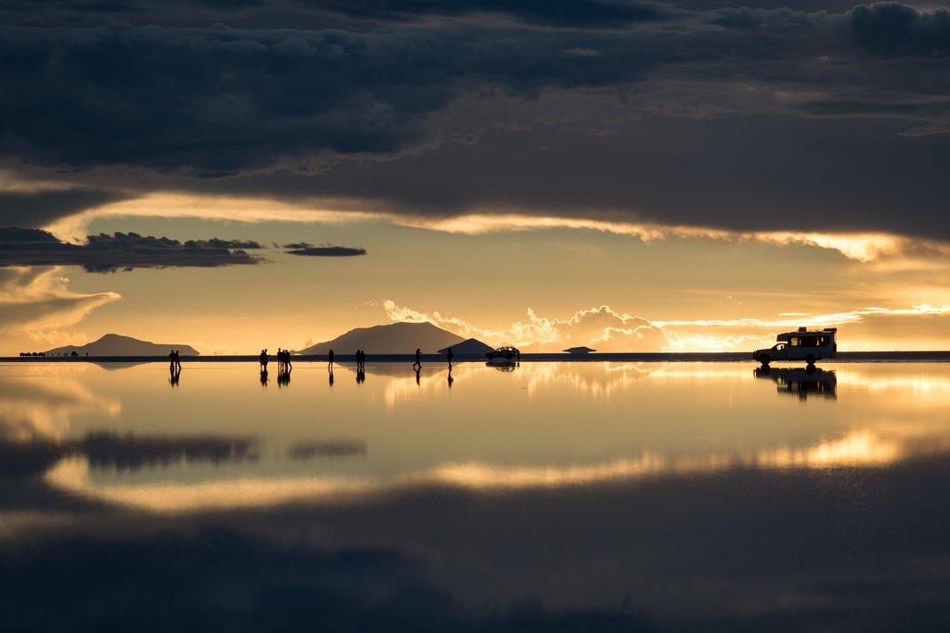 Ηλιοβασίλεμα στο Salar de Uyuni, Βολιβία. Το Σαλάρ Ντε Ουγιούνι (Salar de Uyuni) είναι η μεγαλύτερη ξηρή λίμνη στον κόσμο και διαμορφώθηκε ύστερα από μετασχηματισμούς διαφόρων προϊστορικών λιμνών. Καλύπτεται από λίγα μέτρα κρούστας αλατιού, το οποίο έχει μια εξαιρετική ομαλότητα καθώς η υψομετρική διαφορά είναι λιγότερη από ένα μέτρο σε ολόκληρη την έκταση του Σαλάρ. Η κρούστα χρησιμεύει ως πηγή αλατιού και καλύπτει μια τεράστια λεκάνη εξαιρετικά πλούσια σε λίθιο αφού το 50 με 70% των παγκοσμίων αποθεμάτων βρίσκονται εκεί. Το λίθιο βρίσκεται στο στάδιο της εξαγωγής του από το υπέδαφος. © Corneliu Cazacu