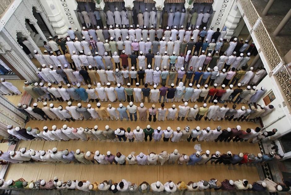 Προσευχές για το Ραμαζάνι σε τζαμί του Αλλαχαμπάντ, στην Ινδία. @REUTERS / JITENDRA PRAKASH