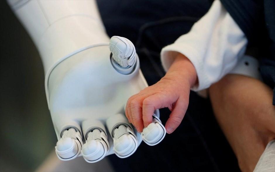Το ανθρωποειδές ρομπότ Pepper, κρατάει το χέρι ενός νεογέννητου μωρού, στο νοσοκομείο AZ Damiaan στην Οστάνδη στο Βέλγιο. Η Pepper έχει κοινωνικά χαρίσματα αφού μπορεί να κουβεντιάσει με ανθρώπους, να αναγνωρίσει και να αντιδράσει σε συναισθήματα, να κινηθεί και να ζήσει αυτόνομα. Tο ανθρωποειδές ρομπότ άρχισε να εργάζεται ως βοηθός στο γραφείο υποδοχής στα νοσοκομεία στη Λιέγη και την Οστάνδη. ενώ χρησιμοποιείται και ως εργαλείο υποστήριξης στα παιδιά και σε τμήματα με υπερήλικες. @REUTERS / FRANCOIS LENOIR