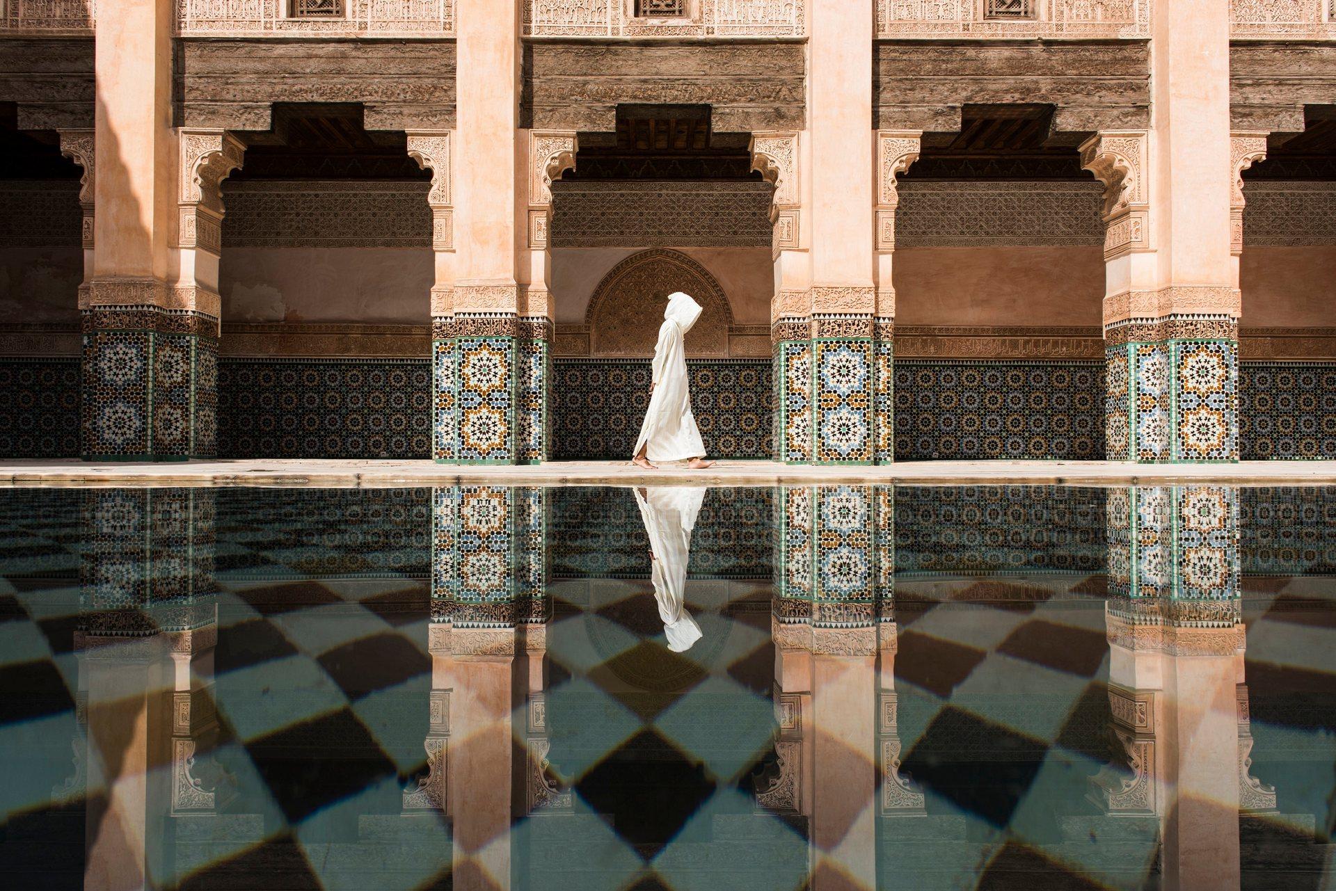 Πρώτη θέση, πόλεις: Ben Youssef. Ακόμη κι αν υπήρχαν πάρα πολλοί άνθρωποι στο Ben Youssef, ήταν πιο ήσυχο και χαλαρωτικό σε σχέση με το δρόμο έξω από το Marrakesh. Περίμενα την κατάλληλη στιγμή να φωτογραφίσω για πολύ ώρα. Photograph: Takashi Nakagawa/National Geographic Travel Photographer of the Year Contest