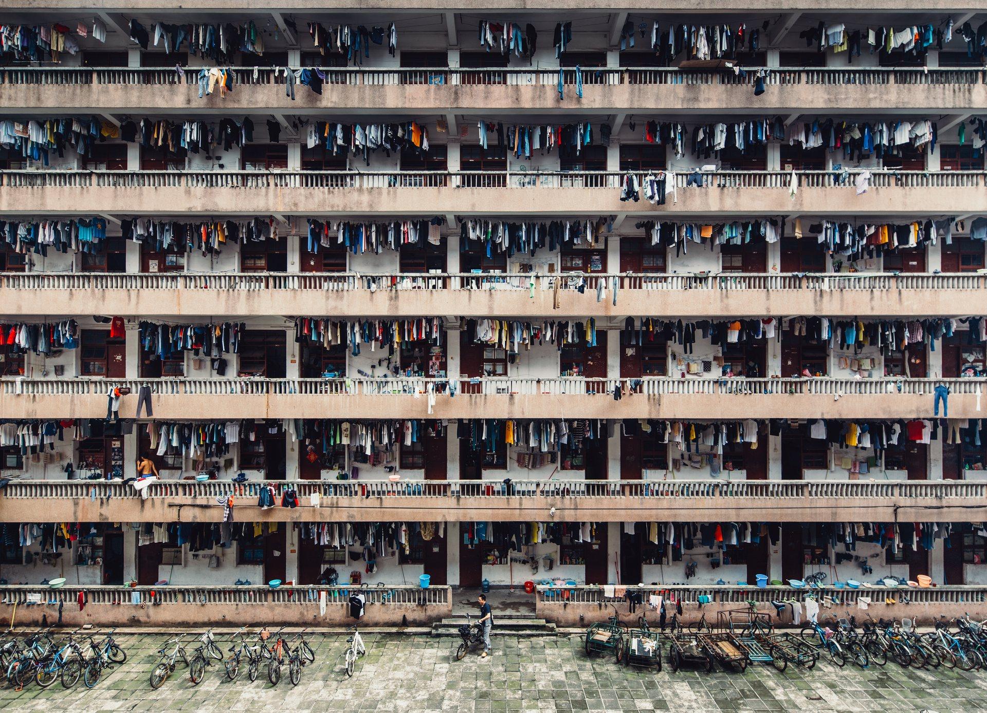 Silenced: Αυτή η φωτογραφία έχει ληφθεί από το τελευταίο μου ταξίδι στο Guang Zhou, στην Κίνα. Αυτό το μέρος είναι ένα σχολείο με κοιτώνες του South China Normal University. Όσο τριγυρνούσα, οι περισσότεροι έκαναν διάλειμμα. Μετά το μεσημεριανό, θα πρέπει να επιστρέψουν για μελέτη. Οι κοιτώνες ήταν βρώμικοι και δύσοσμοι. Photograph: Wing Ka H./National Geographic Travel Photographer of the Year Contest Πηγή: www.lifo.gr