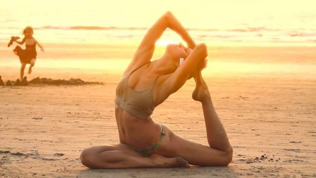 Η εικόνα της ελευθερίας, όπως λένε οι lifestyle μπλόγκερ είναι γυναίκα που κάνει γιόγκα στην παραλία