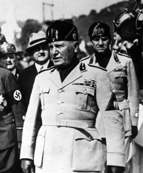 Η απόφαση του Μπενίτο Μουσολίνι να επιτεθεί στην Ελλάδα χωρίς τις απαραίτητες δυνάμεις είχε δύο αιτίες: την βαθιά περιφρόνηση για τους Έλληνες και την εμμονή του να αποδείξει στον Χίτλερ οτι και αυτός μπορούσε να δημιουργήσει τετελεσμένα γεγονότα.