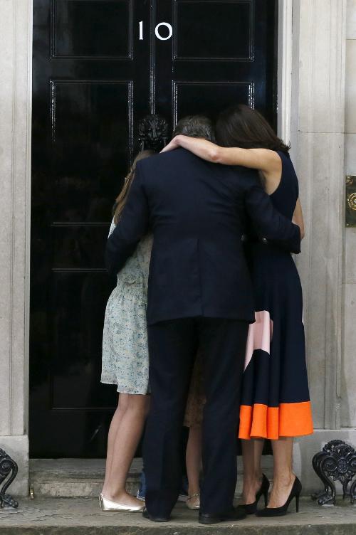 Βρετανία: Ο Ντέιβιντ Κάμερον με τη σύζυγο και το παιδί τους αποχαιρετούν την Ντάουνινγκ Στριτ 13/7 (AP Photo/Kirsty Wigglesworth, File)