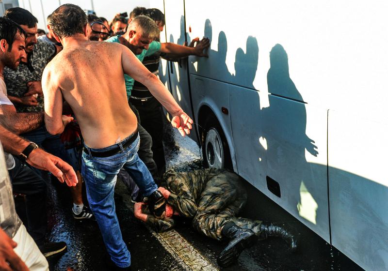 ουρκία: Η αντίδραση πολιτών κατά πραξικοπηματιών 16/7 (AP Photo/Selcuk Samiloglu, File)