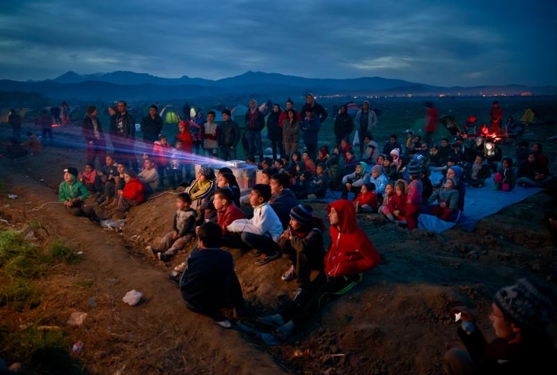 Ελλάδα: Πρόσφυγες στην Ειδομένη παρακολουθούν σινεμά 5/3 (AP Photo/Vadim Ghirda, File)
