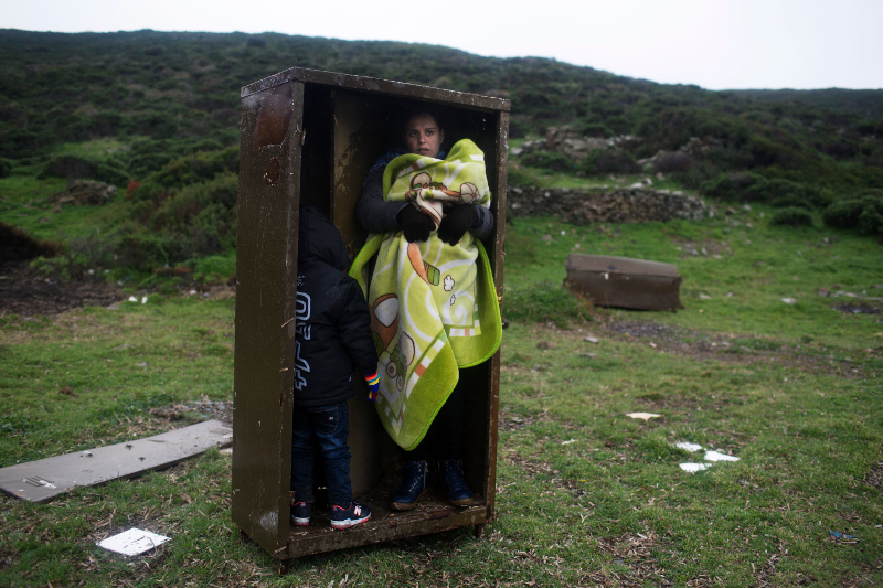 Ελλάδα: Πρόσφυγες στη βραχονησίδα Πασάς, δίπλα στη Χίο 20/1 (AP Photo/Petros Giannakouris, File)