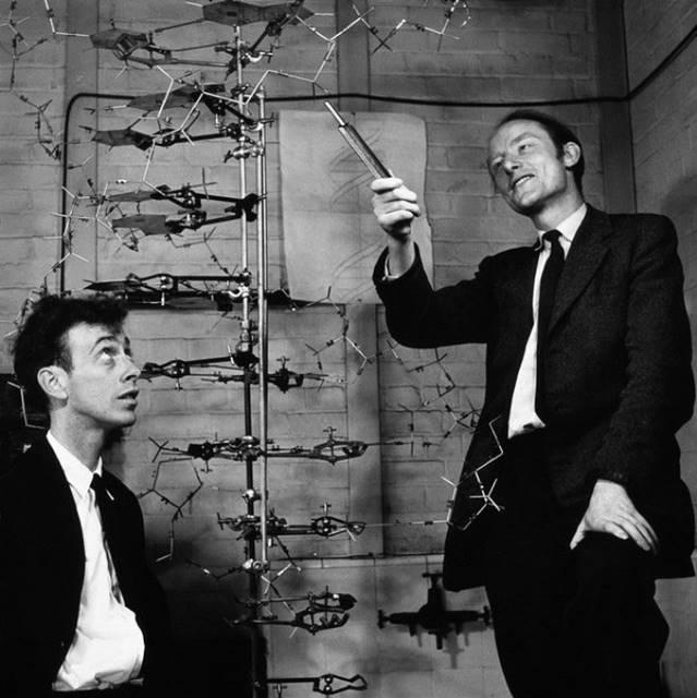 WatsonκαιCrickσε φωτογραφία της εποχής στο πλαίσιο και την.. ατμόσφαιρα των μελετών τους για τοDNA