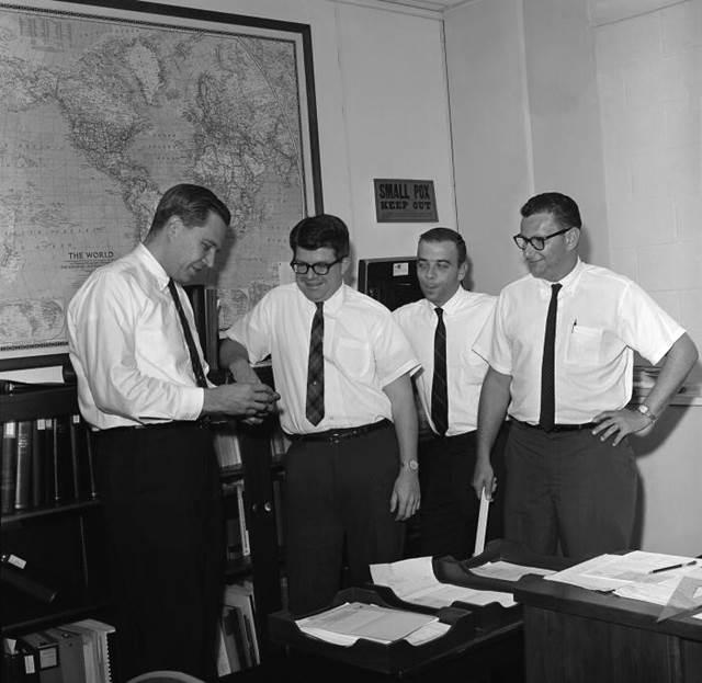 o Henderson (πρώτος στ αριστερά) σαν μέλος της ομάδας εξάλειψης της ευλογιάς του CDC το 1966.